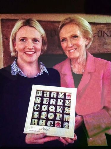 Flo Broughton, chocolatier and founder of choconchoc, presents Mary Berry with some personalised chocolates to commemorate their forthcoming broadcast on the new series of Mary Berry Cooks (PRNewsFoto/choconchoc)