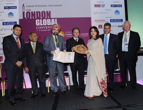 Vandana Gandhi being presented the Golden Peacock Award by Rt Hon Oliver Letwi (PRNewsFoto/British Orchard ...