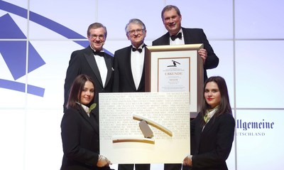 Dr. Frank Heinricht, Chairman of the Board of Management of SCHOTT AG (right), received the German Industry Innovation Award from Prof. Klaus von Klitzing, Nobel Laureate in Physics (middle), and Jan Hofer, German journalist and television presenter (left).The company was honored for its ultra-thin glass as a precursor to the miniaturization of the electronics of the future. Photo: SCHOTT.