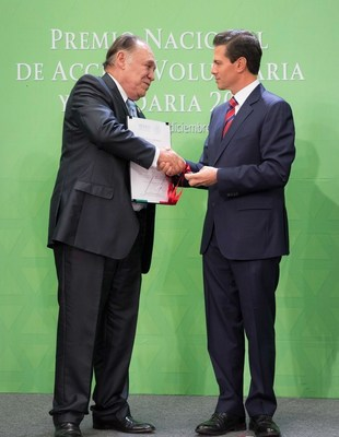 Operation Smile Mexico Executive Director Benjamin Mijangos (Left) receives 2016 National Volunteer and Solidarity Award from Mexico's President Enrique Pena Nieto (Right) for its humanitarian efforts