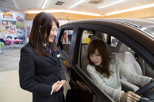 Female sales advisor at Nissan dealership in Tokyo, Japan (PRNewsFoto/Renault-Nissan Alliance) (PRNewsFoto/Renault-Nissan Alliance)