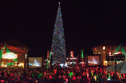 America's Tallest Fresh-Cut Decorated Christmas Tree at Outlets at Anthem's 2013 Tree Lighting event. (PRNewsFoto/Outlets at Anthem) (PRNewsFoto/OUTLETS AT ANTHEM)