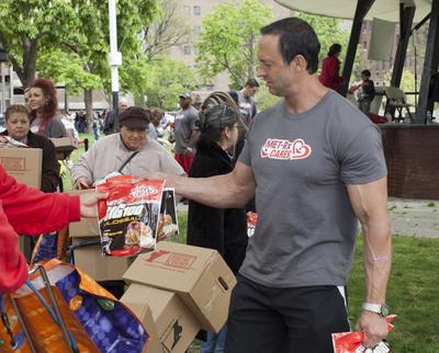 MET-Rx athlete hands out bags of MET-Rx Big 100 bar pieces.  (PRNewsFoto/MET-Rx)