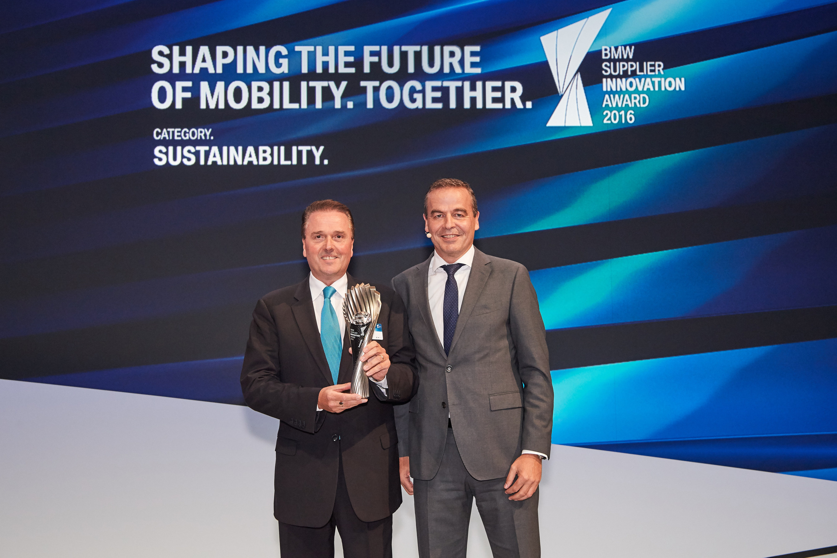 Tony Hankins, President of Huntsman Polyurethanes (left) receives the BMW Supplier Innovation Award for Sustainability (photo: BMW Group)