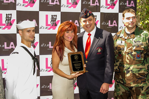 Suzanne DeLaurentiis receives honorary award from Marine Corps Veteran Association.  (PRNewsFoto/Suzanne ...