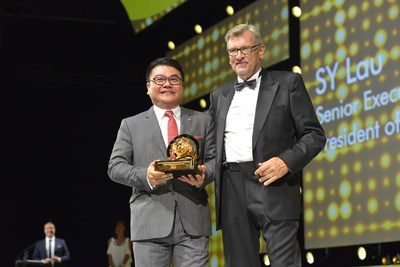 Senior Executive Vice President of Tencent and President of its Online Media Group (OMG) SY Lau (left), Terry Savage, Chairman of Cannes Lions (right)