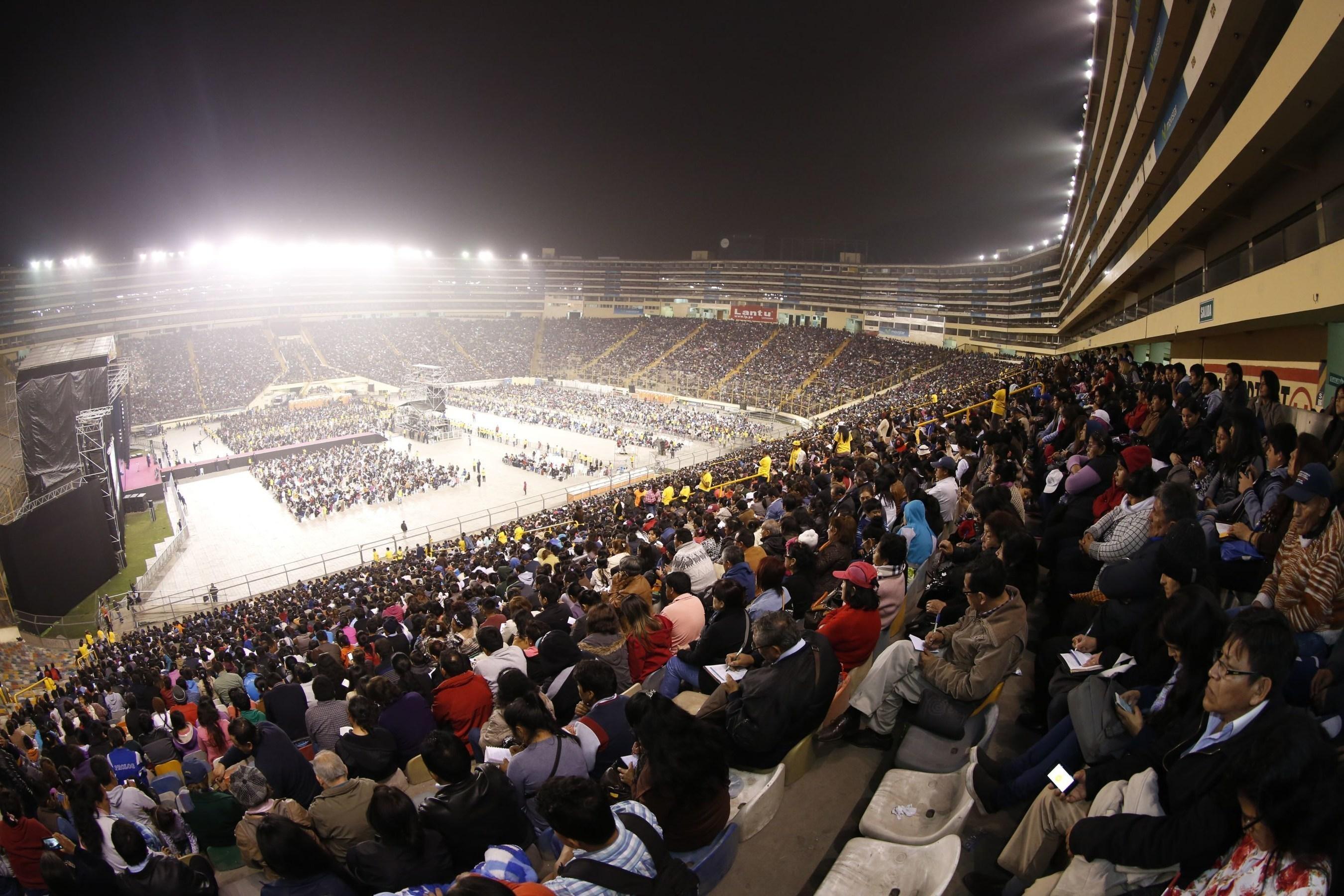 Lima's Estadio Monumental is filled to capacity during T.B. Joshua's crusade. (PRNewsFoto/Emmanuel TV)