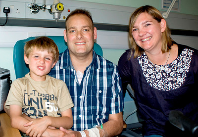 Matthew Green (pictured with his wife Gill and son Dylan) became the first patient in the United Kingdom to be discharged from the hospital with the SynCardia Total Artificial Heart, powered by the Freedom portable driver, on Aug. 2, 2011. Mr. Green was supported for over 600 days before receiving his donor heart earlier this year. (PRNewsFoto/SynCardia Systems, Inc.) (PRNewsFoto/SYNCARDIA SYSTEMS, INC.)