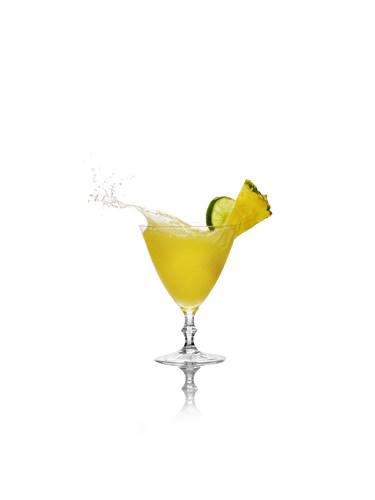 CIROC Vodka prolonga el verano con el lanzamiento de CIROC Pina y el nuevo coctail La Pina. Celebra responsablemente. (PRNewsFoto/CIROC Ultra Premium Vodka)