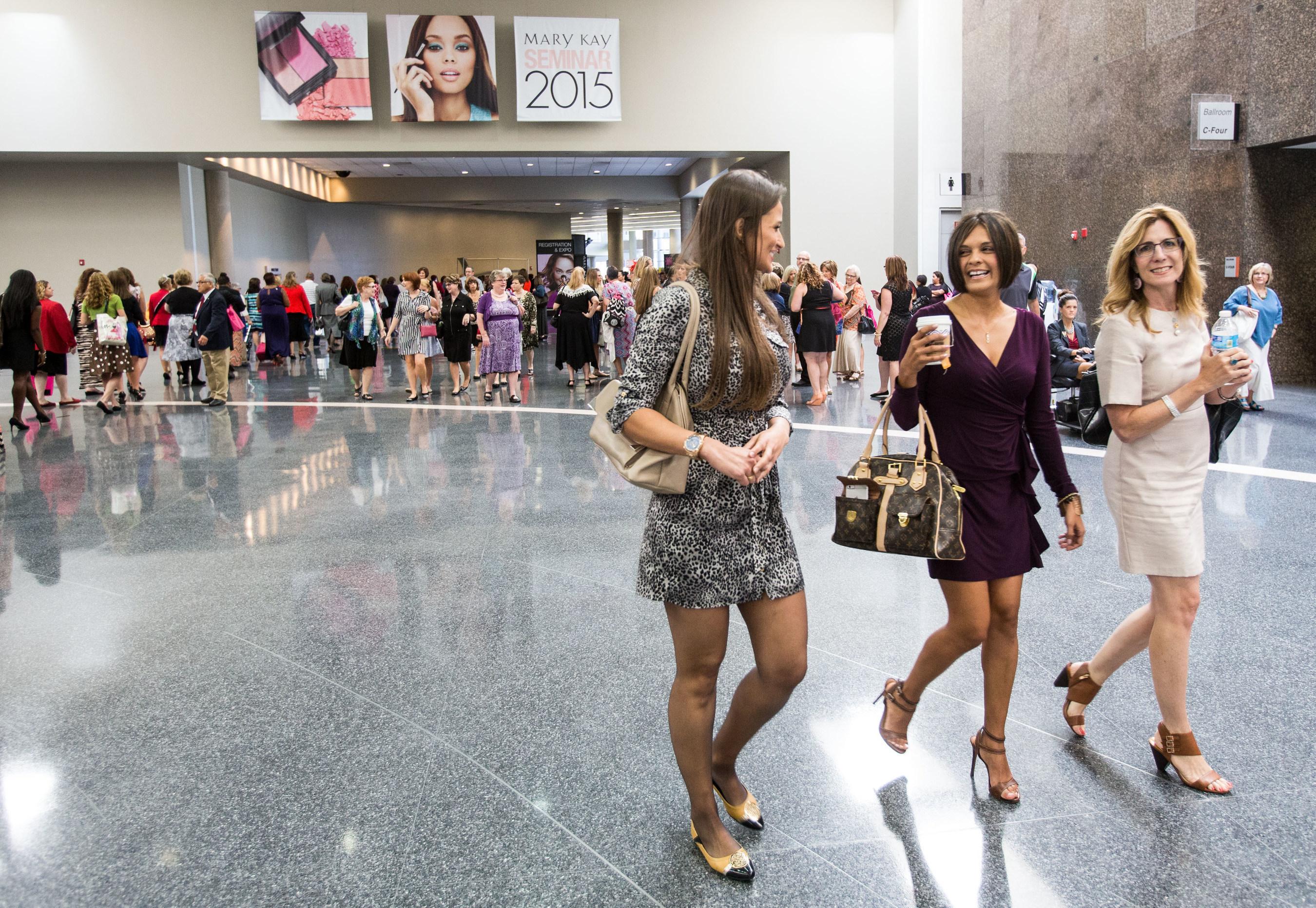 El Cuerpo de Ventas Independiente Mary Kay se Reúne en Dallas Para el Seminario Anual Trayendo