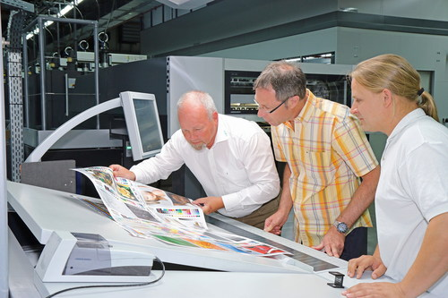 """Guy Flueli (l.), Head of the Ugra PSO Certification, Thomas M. Schnitzler (m.), Managing Director of CtP & Print Quality Control and Thomas Emmer (r.), Print Control Specialist and Standardisation Representative for Onlineprinters, control the visual quality of a printed sheet. Editorial use of this picture is free of charge. Please quote the source: """"obs/Onlineprinters GmbH"""" (PRNewsFoto/Onlineprinters Gmbh) (PRNewsFoto/Onlineprinters Gmbh)"""
