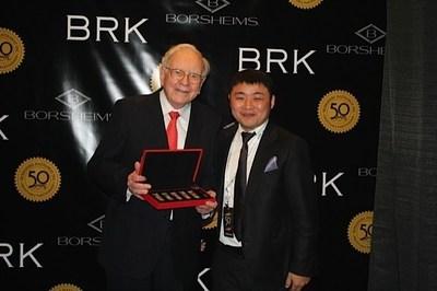 Jiangsu Dayuanyintai Mercantile Exchange President Yuan Guming (right) with Warren Buffett (left)