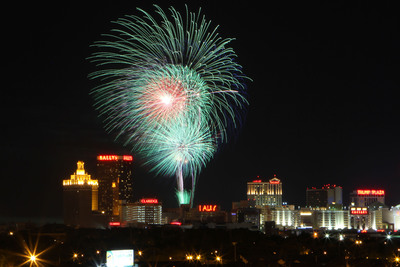ATLANTIC CITY'S NEW JULY 4TH FIREWORKS DO AC MEGA-SHOW! FIREWORKS SURROUND THE ISLAND FROM THE AC BEACH AND AC MARINA; 9:30 p.m., Thursday, July 4th.  (PRNewsFoto/Atlantic City Alliance)