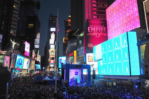 (New York, NY) Nokia (http://www.nokia.com/) teamed up with singing superstar Nicki Minaj to make a building in Times Square come alive and create one of the biggest LED displays ever seen to celebrate the launch of the Nokia Lumia 900 with Windows Phone in America. Tens of thousands of people watched as Nicki performed a medley of her hits before the prominent building was turned into a living, breathing entity in time to a unique remix of her hit single 'Starships.'  (PRNewsFoto/Nokia)