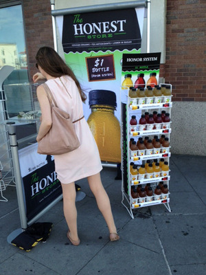 Honest New Yorker paying for Honesty Tea during National Honesty Index experiment.  (PRNewsFoto/Honest Tea)