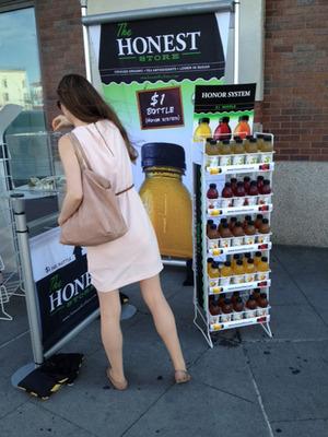 Honest New Yorker paying for Honesty Tea during National Honesty Index experiment.  (PRNewsFoto/Honest Tea)