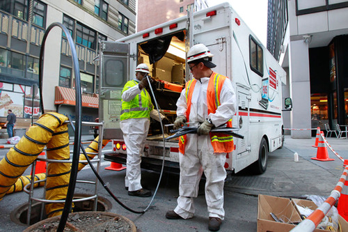 Verizon technicians install fiber-optic cable in lower Manhattan.   (PRNewsFoto/Verizon Communications, Inc., Mark Von Holden/AP Images for Verizon)