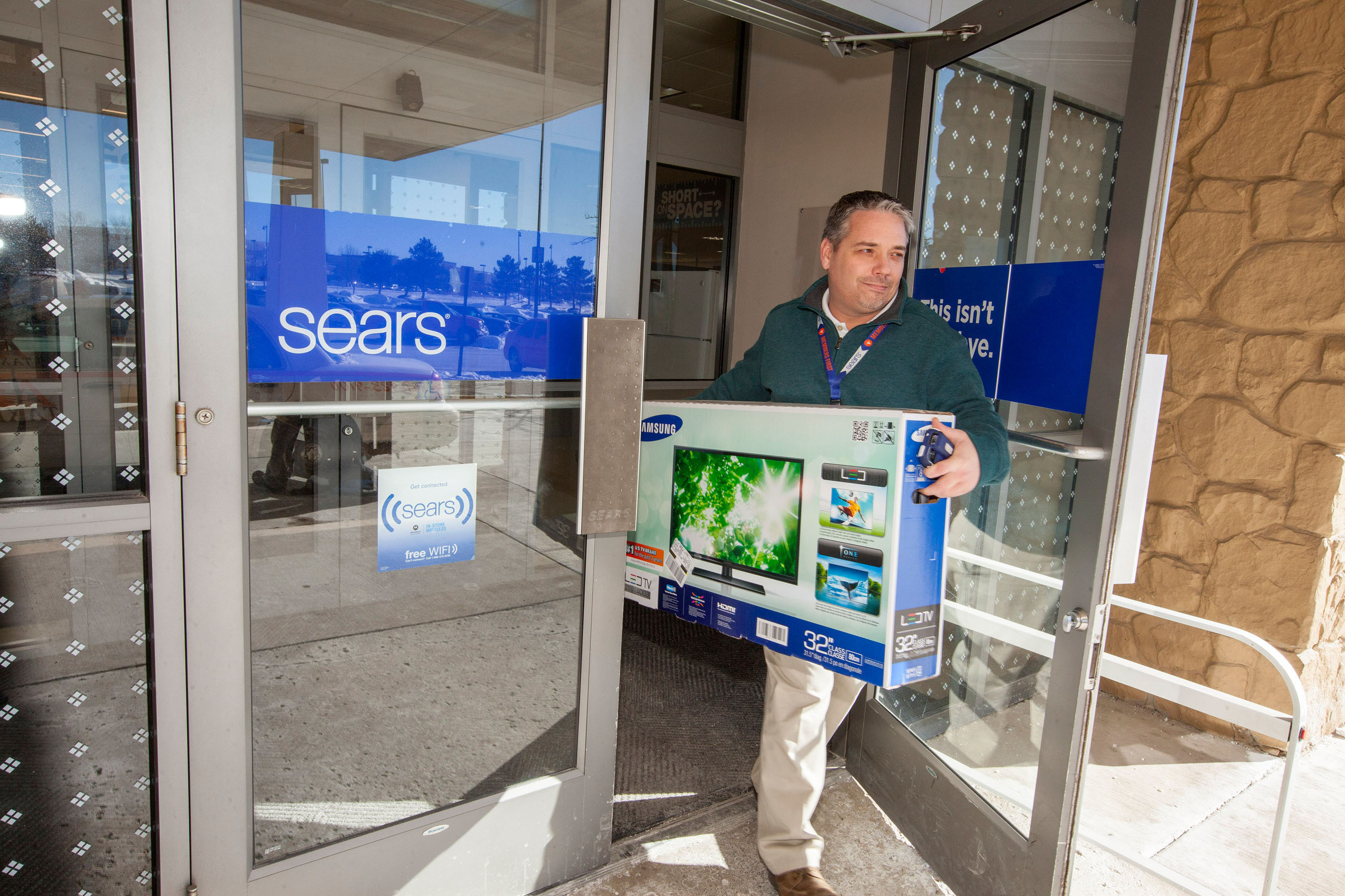 Sears new In-Vehicle Pickup feature on its Shop Your Way mobile app allows Shop Your Way members to pick up their online purchases at their local Sears store within five minutes of arrival, without ever leaving the car. (PRNewsFoto/Sears, Roebuck and Co.) (PRNewsFoto/SEARS, ROEBUCK AND CO.)