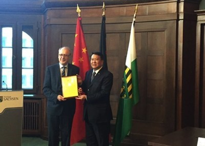 Chairman Xu Heyi is presenting the appointment letter to Academician Hufenbach.
