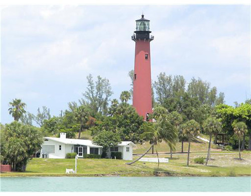 Jupiter Florida Lighthouse. The lighthouse is by the inlet of the Atlantic Ocean to the intracoastal and river which provide a large waterfront area for luxury homes and estates. There are many restaurants and marinas along the Jupiter inlet providing ...