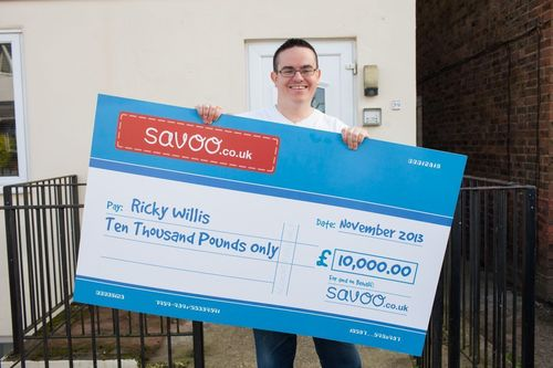 Ricky Willis – the winner of the UK's Smartest Shopper competition – with his cheque for £10,000 from Savoo.co.uk (PRNewsFoto/Savoo.co.uk)