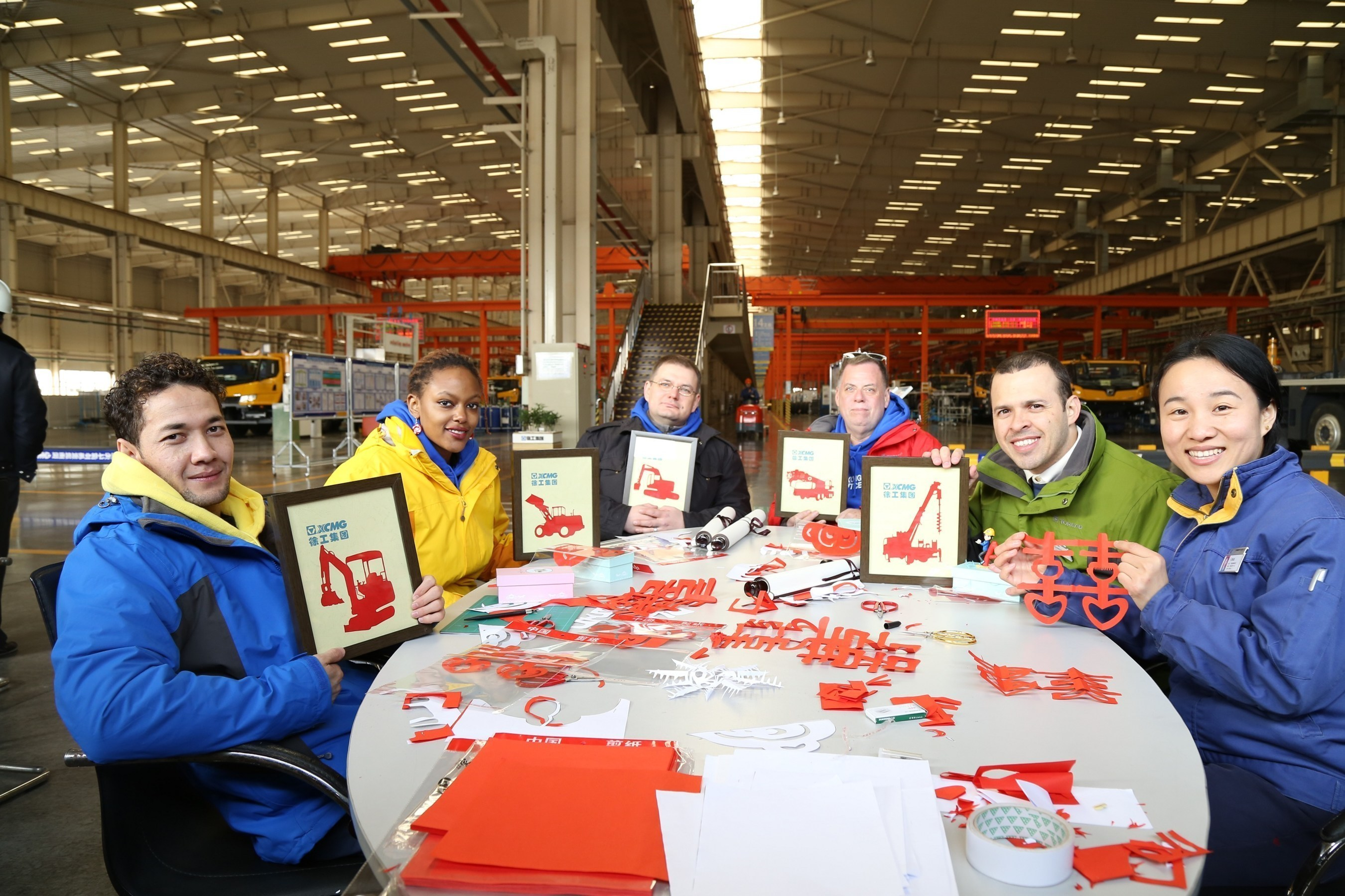 XCMG employees taught the apprentices the art of Chinese paper cutting.