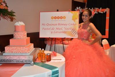 """Quinceanera de Austin Twila R. con su bellisimo pastel a base de miel """"Quince Honey Cake"""", presentado por The National Honey Board. Foto cortesia: The National Honey Board"""
