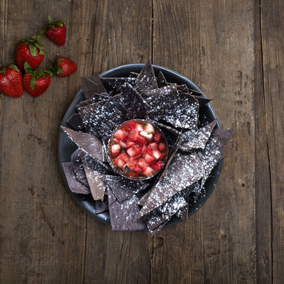 OREO Fanatic Hack (OREO Tortilla Chips with Strawberry Salsa).  (PRNewsFoto/OREO)