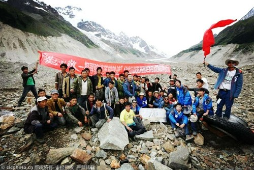 On August 5, Xinhua News Agency photo center photographer embedded into the search party took a group photo with volunteers in the 4,100-meter-high unpopulated area