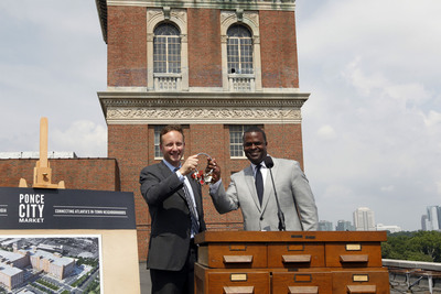 Mayor Kasim Reed (right) and Jamestown's Matt Bronfman (left) at Atlanta's City Hall East.  (PRNewsFoto/Jamestown Properties, Ben Rose)