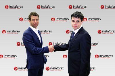 Ole-Einar Bjorndalen and InstaForex business development director Pavel Shkapenko shake hands celebrating long-term agreement (PRNewsFoto/InstaForex)