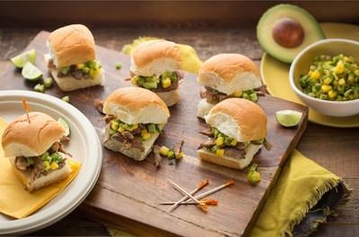 Mini Hamburguesas de Carnitas con Salsa de Aguacate Dorada