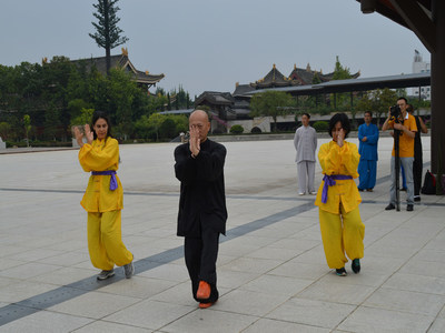 Two foreign journalists learning Emei Martial Arts.