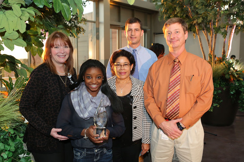 Simone Biles, pictured with Nellie Biles, was presented with a commemorative trophy by Beryl Ramsey, CEO of Houston Methodist Willowbrook Hospital, Travis Hanson, MD and Scott Rand, MD. Both doctors are part of Houston Methodist Orthopedics & Sports Medicine and Biles' healthcare team. (PRNewsFoto/Houston Methodist Orthopedics & Sports Medicine) (PRNewsFoto/HOUSTON METHODIST ORTHOPEDICS)