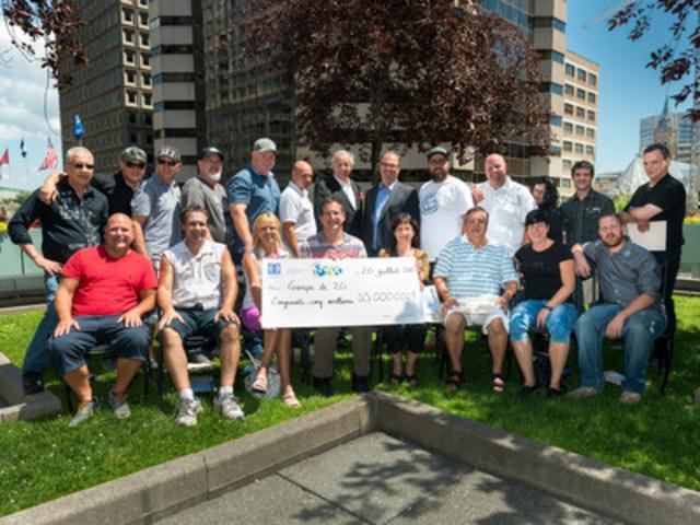 Les heureux gagnants en compagnie d'Yves Corbeil et de Gérard Bibeau (Groupe CNW/Loto-Québec)