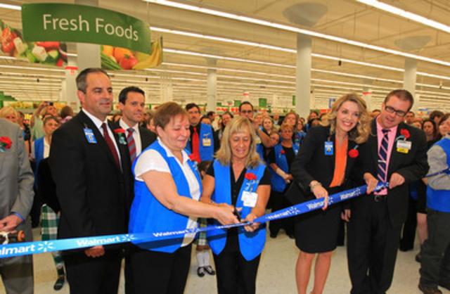 Walmart Canada a dévoilé son premier Supercentre dans la région de l'Atlantique à son magasin de centre de Halifax, situé dans l'annexe du centre commercial Halifax. De gauche à droite : Darrin Marchand, directeur régional de Walmart, Eileen Pottie et Joan MacLeod, associées, Shelley Broader, présidente et chef de la direction de Walmart Canada, et Anthony Brake, directeur du magasin. (Groupe CNW/Walmart Canada)