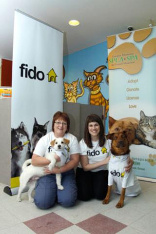 Ce vendredi, Fido a annoncé une contribution de 100,000 $ à cinq SPCA dans la région des Maritimes, y compris des abris à Moncton, Saint John, Fredericton, Halifax et Charlottetown, à l'appui des besoins tels que les soins vétérinaires, protection des animaux et de l'éducation. Karen Hudson, directrice générale de la SPCA de Moncton (à gauche) et Heather Robinson, chef des communications pour Fido (à droite), tiennent les chiens Squirt âgé de 7 ans et Tundra qui a deux ans. (Groupe CNW/Rogers Communications Inc. - Français)
