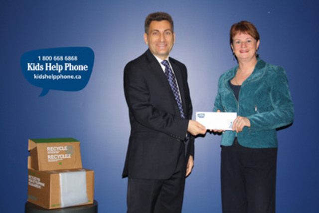 Joe Zenobio, Executive Director of Call2Recycle Canada, presents donation cheque to Sharon Wood, President & CEO of Kids Help Phone. (CNW Group/Call2Recycle / Rechargeable Battery Recycling Corp.)