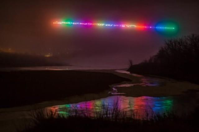 Le Train des Fêtes du CP semble flotter dans le brouillard qui se déplace à travers le pont emblématique de haut niveau à Lethbridge, AB. (Crédit photo : Neil Zeller Photographie) (Groupe CNW/Canadien Pacifique)