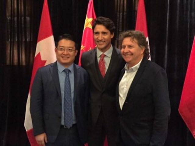 M. Wei Jie, président de Gold Finance Group, le premier ministre du Canada Justin Trudeau et Normand Latourelle, président fondateur de Cavalia Inc. lors de la signature de l'entente le 1er septembre 2016 à Pékin, en Chine. (Groupe CNW/Cavalia Inc.)