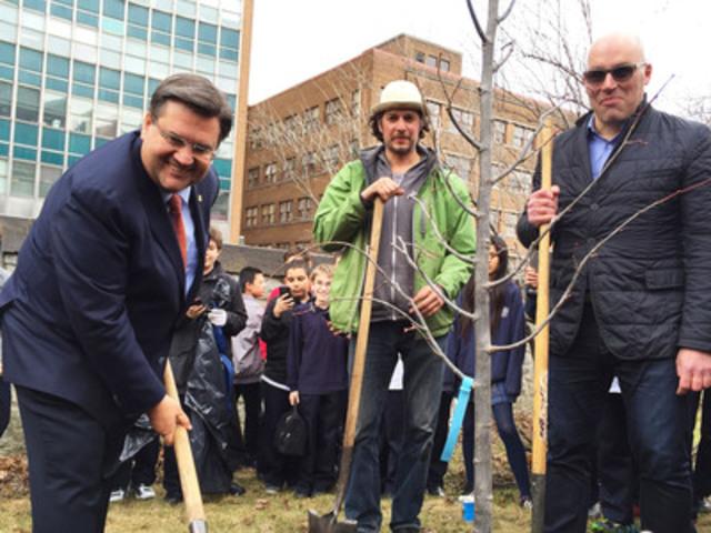 Le maire Denis Coderre plante un arbre au Collège de Montréal en compagnie de Jasmin Leduc, coordonnateur au verdissement chez Sentier Urbain, et Claude Larivée, président du C.A. du Jour de la Terre Québec, pour donner le coup d'envoi officiel au programme « Un arbre chez vous » (Groupe CNW/Jour de la Terre Québec)