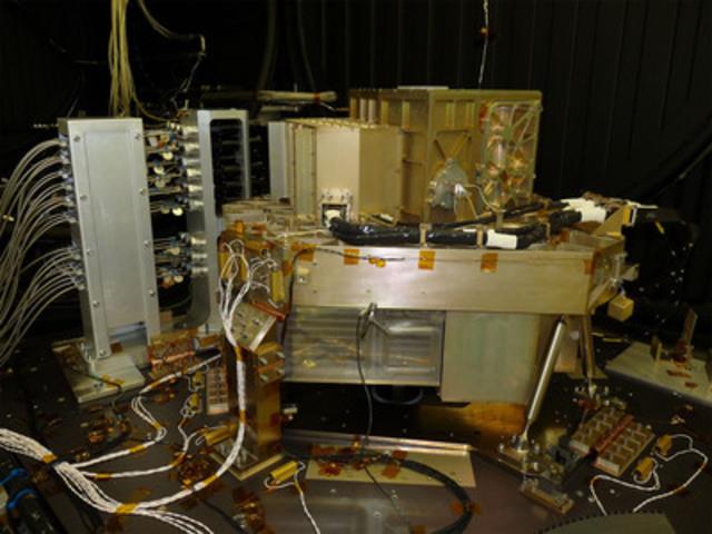 Le détecteur de guidage de précision (FGS) et l'imageur dans le proche infrarouge et spectrographe sans fente (NIRISS) représentent la contribution du Canada au télescope spatial James Webb. Photo gracieusement fournie par l'Agence spatiale canadienne (ASC) et le Centre de recherches sur les communications (CRC). (Groupe CNW/Com Dev International Ltd.)