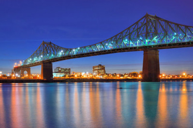 Say bonjour to the lights and sounds of beautiful Montreal, Quebec at night! (CNW Group/Hotels.com)