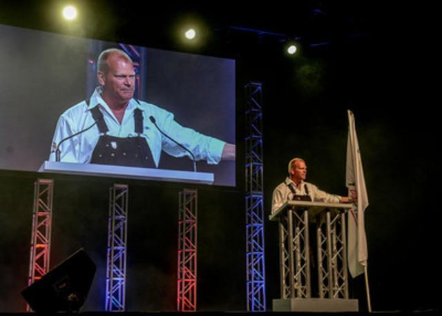 Porte-parole officiel de Compétences Canada, Mike Holmes, est sur l'estrade lors des cérémonies d'ouverture pour les Olympiades canadiennes des métiers et des technologies. (Groupe CNW/SKILLS/COMPETENCES CANADA)