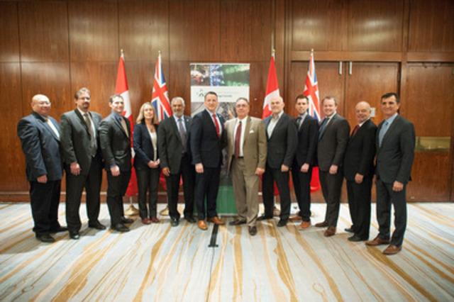 Le ministre des Ressources naturelles du Canada, l'honorable Greg Rickford (6e à partir de la g.), a annoncé, le 20 février, à Toronto, un investissement total de plus de 26,8 millions de dollars dans sept projets d'écotechnologies en Ontario. Il est accompagné des responsables des projets. (Groupe CNW/Ressources naturelles Canada)