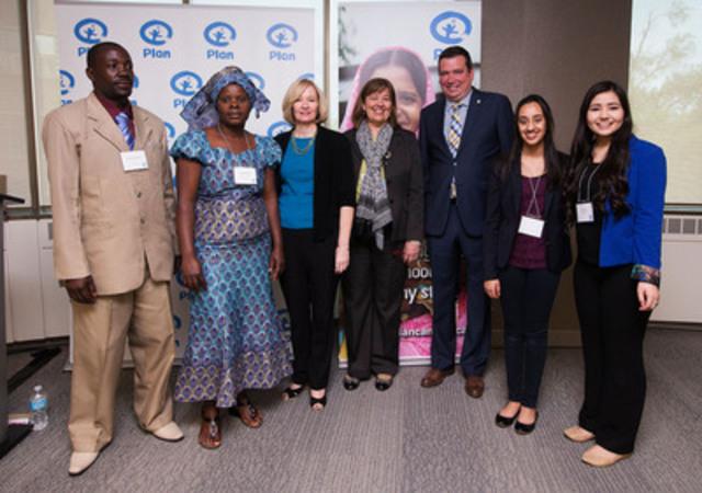 Rosemary McCarney, présidente-directrice générale de Plan Canada (au centre), Laureen Harper (3e à partir de la gauche), et l'honorable Christian Paradis, ministre du Développement international et ministre de la Francophonie (3e à partir de la droite), avec des membres de communautés de la Tanzanie et du Zimbabwe et des responsables canadiennes de la défense des droits des enfants lors d'un exposé sur les bienfaits des investissements canadiens dans la santé des mères, des nouveau-nés et des enfants dans les pays en développement. (Groupe CNW/Plan Canada)