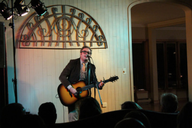 Former Barenaked Ladies member Steven Page performing at the Pictou County house party (CNW Group/The Children's Wish Foundation of Canada)