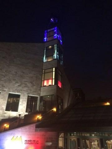 Le Musée de la civilisation à Québec a souhaité témoigner son profond attachement à tous les Français en illuminant son campanile aux couleurs de la France.  Demain dimanche, ce sera au tour du Musée de l'Amérique francophone. D'autres activités de recueillement seront également planifiées au cours des prochains jours. (Groupe CNW/Musée de la Civilisation)
