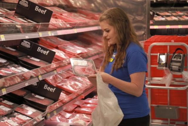 Le service de cueillette d'épicerie en magasin permet aux clients de profiter de la grande sélection de produits d'épicerie, de fruits et légumes et de viandes de première qualité offerte par Walmart. Des associés ont été embauchés et spécialement formés dans tous les magasins participants afin que les articles soient rassemblés et emballés avec le plus grand soin. (Groupe CNW/Walmart Canada)