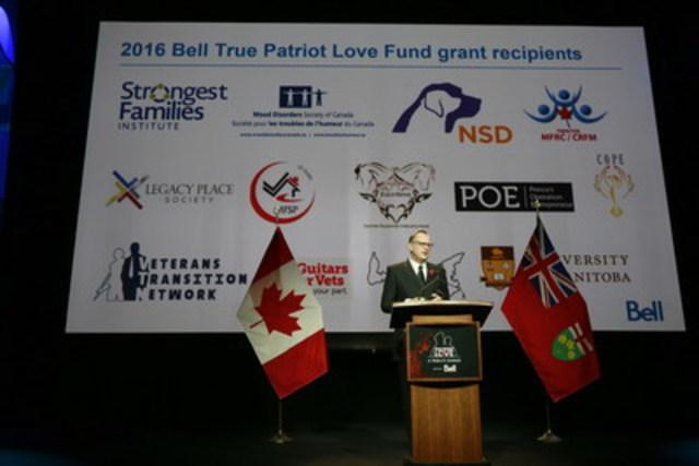 George Cope, président et chef de la direction de Bell et de BCE, annonçant le renouvellement sur quatre ans du Fonds Bell La patrie gravée sur le cœur de 1 million $ lors du souper-hommage annuel La patrie gravée sur le cœur. (Groupe CNW/Bell Canada)